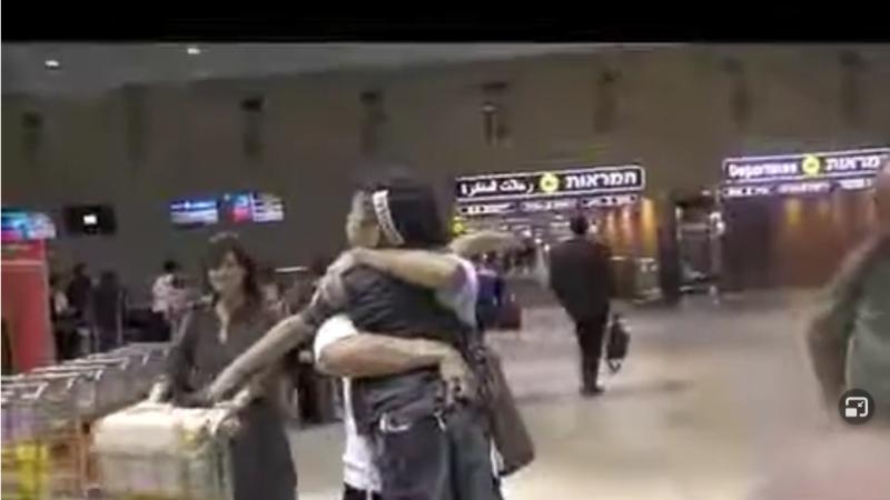 """עו""""ד ורדה שטיינברג נפרדת בחיבוק מהילד מ בשדה התעופה - טיסת חירום"""
