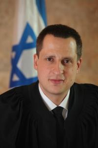"""השופט גיא הימן """"תובעים בלשון הרע הימנעו מניפוח סכומי תביעה"""""""